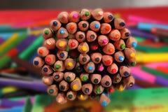 Kleurenpotloden op heldere achtergrond Selectieve nadruk Stock Foto