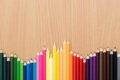 Kleurenpotloden op houten lijst voor achtergrondgebruik stock foto