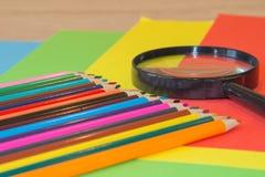 Kleurenpotloden op kleurrijke achtergrond Mooie kleurenpotloden Kleurenpotloden voor tekening Terug naar het Concept van de Schoo Royalty-vrije Stock Afbeelding
