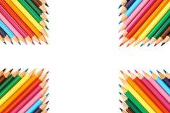 Kleurenpotloden op wit dicht omhooggaand patroon worden geïsoleerd dat als achtergrond stock fotografie