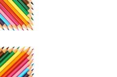 Kleurenpotloden op wit dicht omhooggaand patroon worden geïsoleerd dat als achtergrond stock afbeeldingen