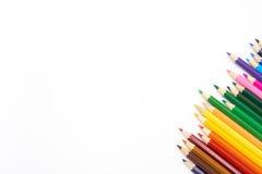 Kleurenpotloden op witte achtergrond, exemplaarruimte Stock Fotografie