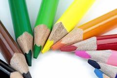 Kleurenpotloden op witte achtergrond - macrobeeld Stock Afbeelding