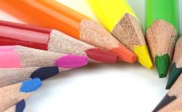 Kleurenpotloden op witte achtergrond - macrobeeld Stock Foto's