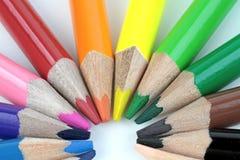 Kleurenpotloden op witte achtergrond - macrobeeld Stock Afbeeldingen
