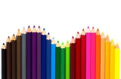 Kleurenpotloden op witte achtergrond met exemplaarruimte die worden ge?soleerd Sluit omhoog, hoogste mening stock fotografie