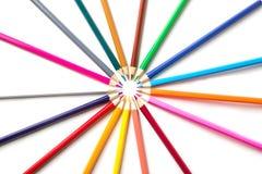 Kleurenpotloden op witte dichte omhooggaand als achtergrond met het Knippen van weg worden geïsoleerd die Mooi Voor tekening Stock Foto's