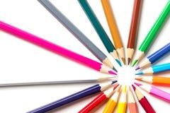 Kleurenpotloden op witte dichte omhooggaand als achtergrond met het Knippen van weg worden geïsoleerd die Mooi Voor tekening Royalty-vrije Stock Foto's