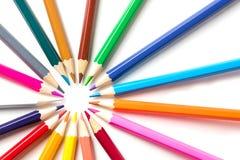 Kleurenpotloden op witte dichte omhooggaand als achtergrond met het Knippen van weg worden geïsoleerd die Mooi Voor tekening Royalty-vrije Stock Foto