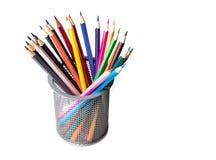 Kleurenpotloden op witte dichte omhooggaand als achtergrond met het Knippen van weg worden geïsoleerd die Mooi Voor tekening Royalty-vrije Stock Afbeeldingen