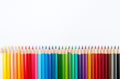 Kleurenpotloden op witte dichte omhooggaand worden geïsoleerd die als achtergrond royalty-vrije stock afbeelding