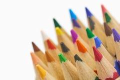Kleurenpotloden op witte dichte omhooggaande die macro worden geïsoleerd als achtergrond van de bonen die van het de stapelpotloo Stock Foto