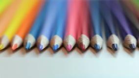 Kleurenpotloden op witte lijst stock footage