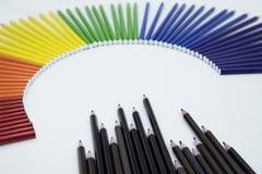 Kleurenpotloden op witte nackground stock afbeelding