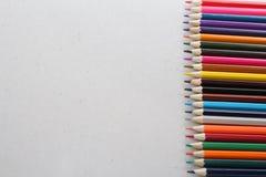 Kleurenpotloden voor schoolkinderen en studenten stock fotografie