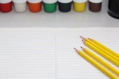 Kleurenpotloden voor schoolkinderen en studenten stock foto's