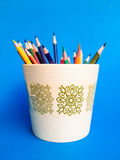 Kleurenpotlood in een pot Stock Fotografie