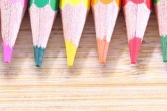 Kleurenpotlood met houten achtergrond Stock Afbeeldingen