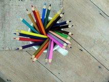 Kleurenpotlood op achtergrond, kleurrijk potlood op oude wol Royalty-vrije Stock Foto