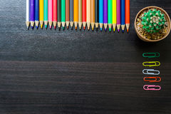 Kleurenpotlood op bureau Stock Fotografie