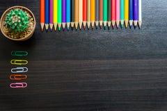 Kleurenpotlood op bureau Royalty-vrije Stock Afbeelding