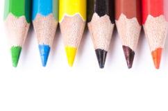 Kleurenpotlood op een witte achtergrond wordt geïsoleerd die Lijnen van potloden Het concept van het onderwijs Veel geassorteerde Stock Fotografie