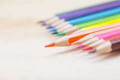 Kleurenpotlood op houten lijstachtergrond Stock Fotografie