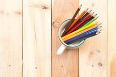 Kleurenpotlood op houten lijstachtergrond Stock Foto