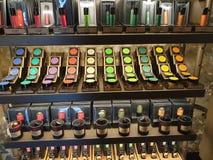 Kleurenserie van schoonheidsmiddelen zij aan zij stock foto