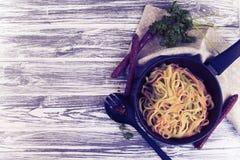 Kleurenspaghetti in een pan Stock Afbeelding