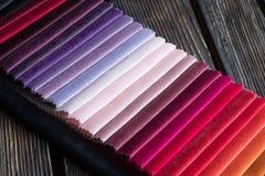 Kleurensteekproeven van een stof Stock Foto
