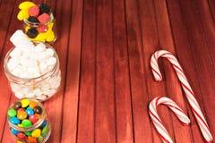 Kleurensuikergoed op houten achtergrond De ruimte van het exemplaar Stock Foto's