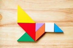 Kleurentangram raadsel in het vliegen vogelvorm Stock Foto's