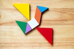 Kleurentangram raadsel in het vliegen vogelvorm Stock Afbeeldingen