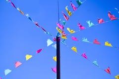 Kleurenvlaggen die de wind in de bergen golven Royalty-vrije Stock Afbeeldingen