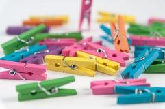Kleurenwasknijpers stock afbeeldingen