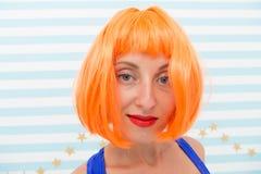 Kleuring en behandelings de professionele salondienst Kijkt het pruiken heldere kunstmatige haar onnatuurlijk De procedure van de stock afbeelding