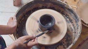 Kleuring van een pot op een aardewerkwiel stock video