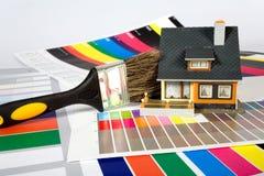 Kleuring van het huis door een verf. Stock Afbeeldingen