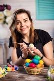 Kleuringseieren voor eastertime thuis Gelukkige Pasen! Een moeder, gir stock foto's