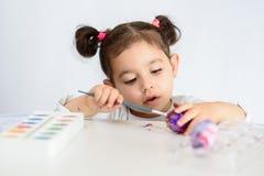 Kleuringseieren voor Pasen-tijd thuis stock foto's