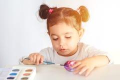 Kleuringseieren voor Pasen-tijd thuis royalty-vrije stock afbeelding