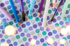 Kleurkrijtje en pancil op de pastelkleurachtergrond stock afbeeldingen