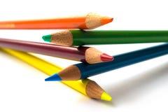 Kleurpotloden die bovenop eachother worden gestapeld Stock Afbeelding