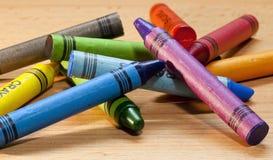 Kleurpotloden die in chaos liggen stock afbeeldingen
