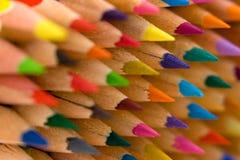 Kleurpotloden die op een andere leggen Stock Afbeeldingen