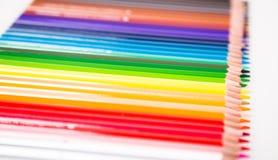 Kleurpotloden die in rij liggen stock afbeelding