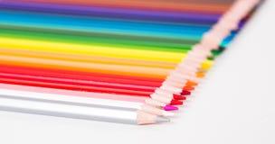 Kleurpotloden die in rij liggen royalty-vrije stock afbeelding