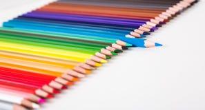 Kleurpotloden die in rij liggen royalty-vrije stock afbeeldingen