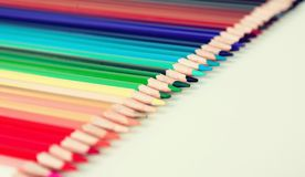 Kleurpotloden die in rij liggen stock afbeeldingen